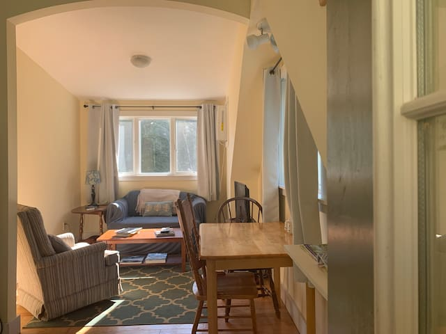 Private 1 BR Apt- Gardens Aglow 17 Mins Away