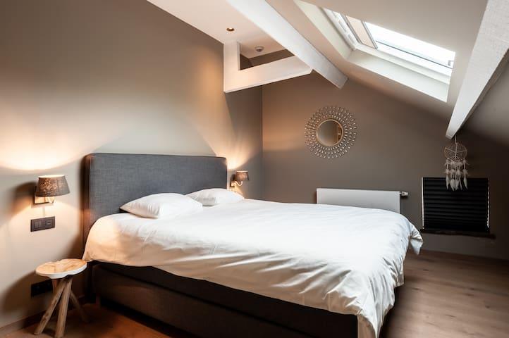 Bedroom with 1 dubble bed + 1 single bed (3p.) 2nd floor Chambre avec 1 lit double et un lit simple (3p.) 2eme étage