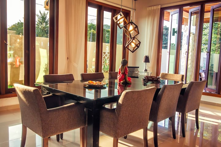 DINNING AREA/UP TO 8 GUESTS