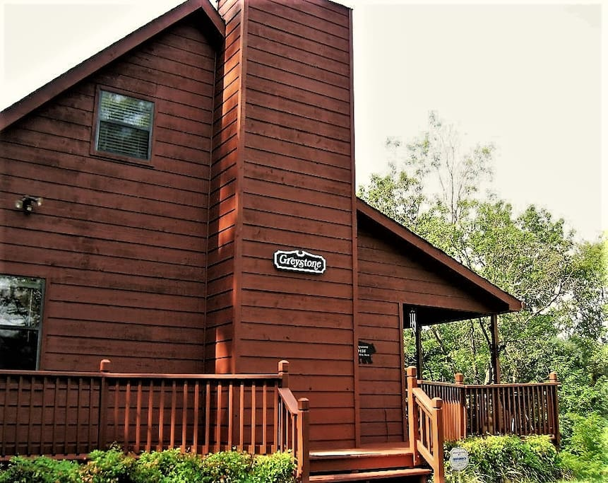 Beautiful Appalachian 19-Centry style cabin nestled in the Foothills of The Smoky Mountain National Park.
