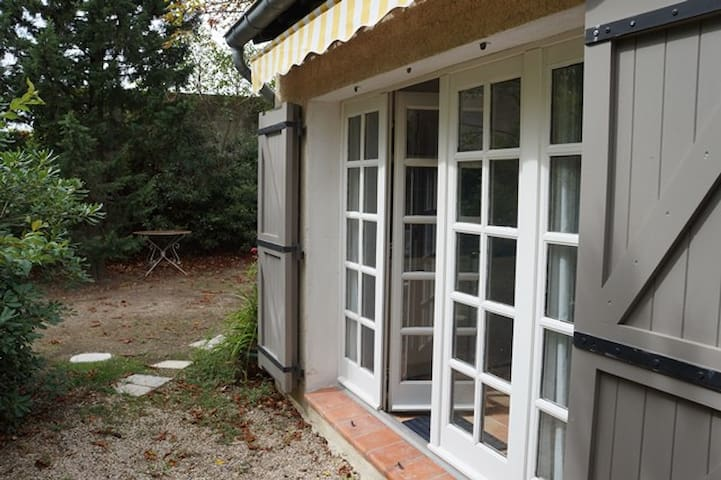 Studio dans jardin, proche Avignon.
