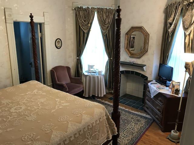 Charming Victorian B&B - Laura Ingalls Wilder Room