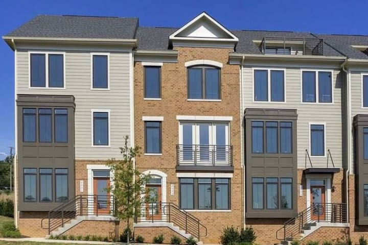 Executive 3 story Townhouse Near UVA