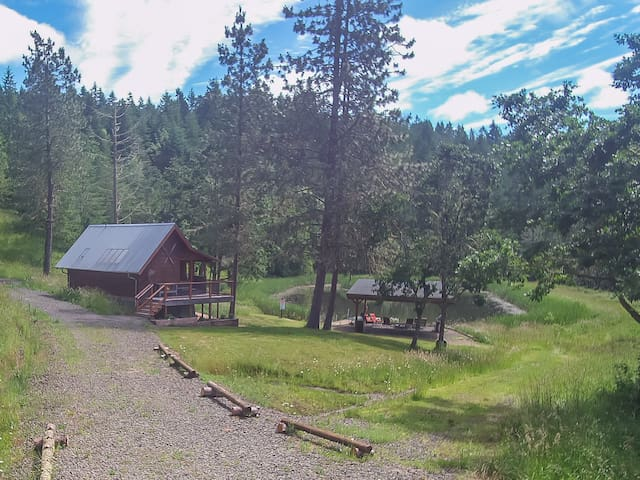 Lovely Private Cabin Close to City and Wineries