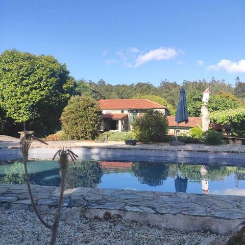 Casa de piedra con amplio jardín privado y piscina