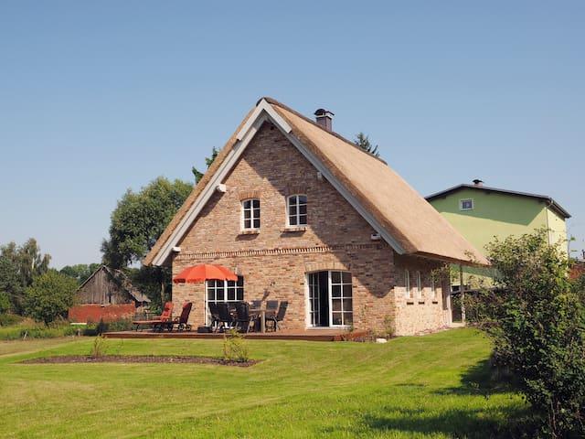 Reetdachhaus mit Sauna und Kamin - Morgenitz - บ้าน