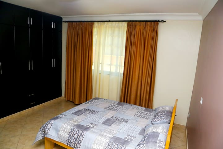 Spacious, Quiet,close to Road,and well Enclosed - Kampala - Betjent leilighet