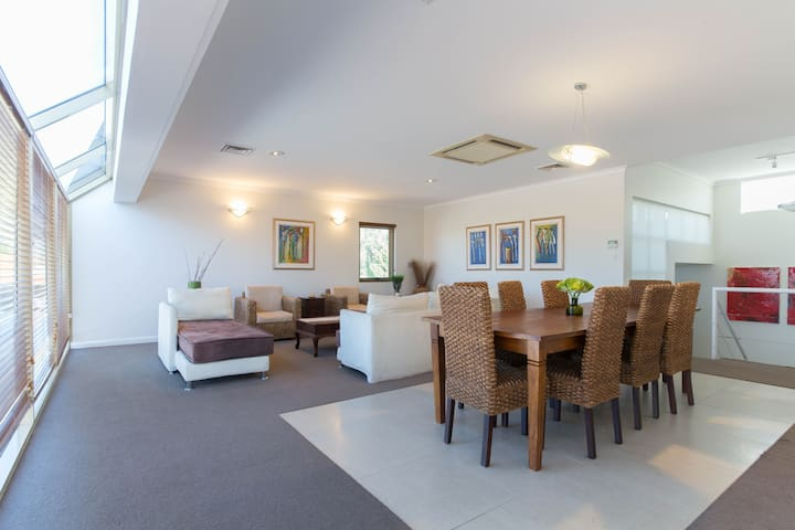 Luxury Executive Property in Perth -Sleeps 15/Pool - Dianella - Casa