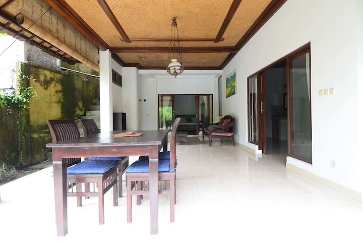 Large living area with tabble for enjoyed your meal.