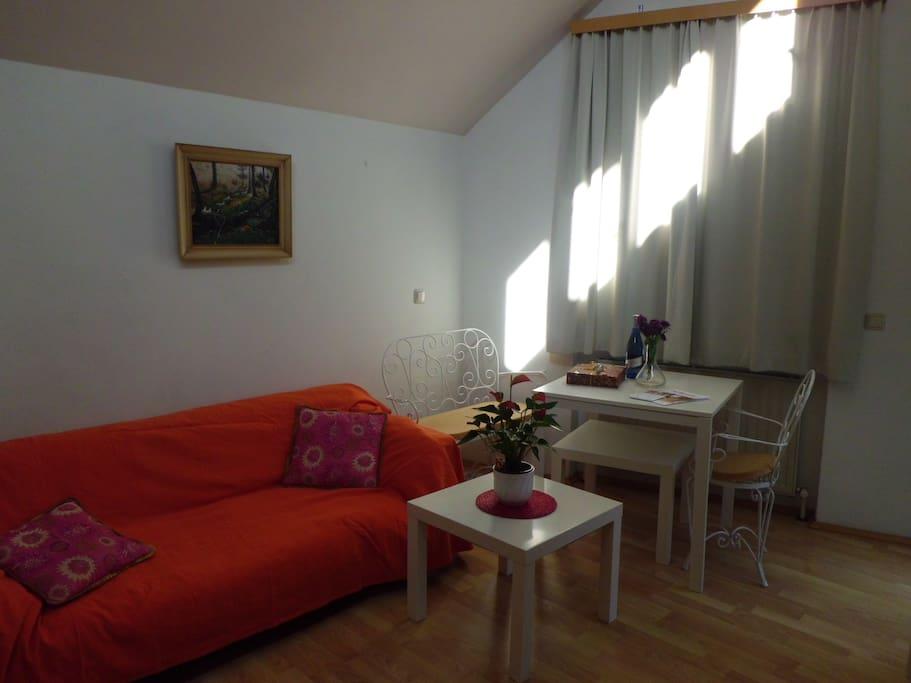 gemütliches Wohnzimmer mit Essecke