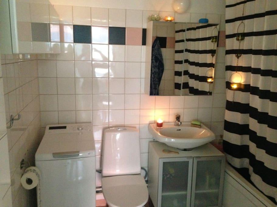 Bathroom with bathtub and washingmachine.
