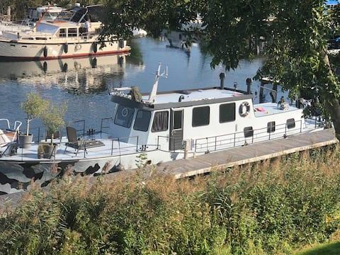 Patrouille schip in natuur rijke omgeving