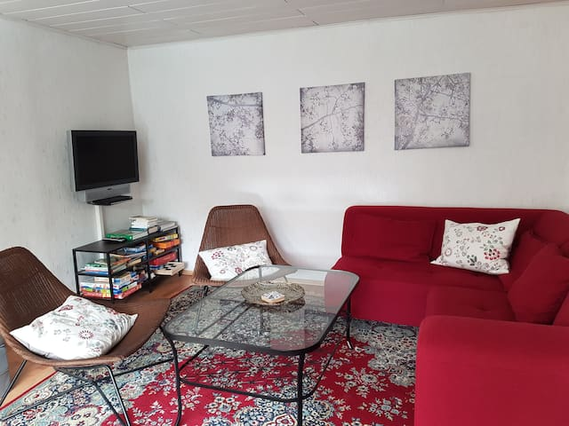 Wohnzimmer  mit Fernseher, Ecksofa und 2 Sesseln,  Aufbettung für 2 Personen