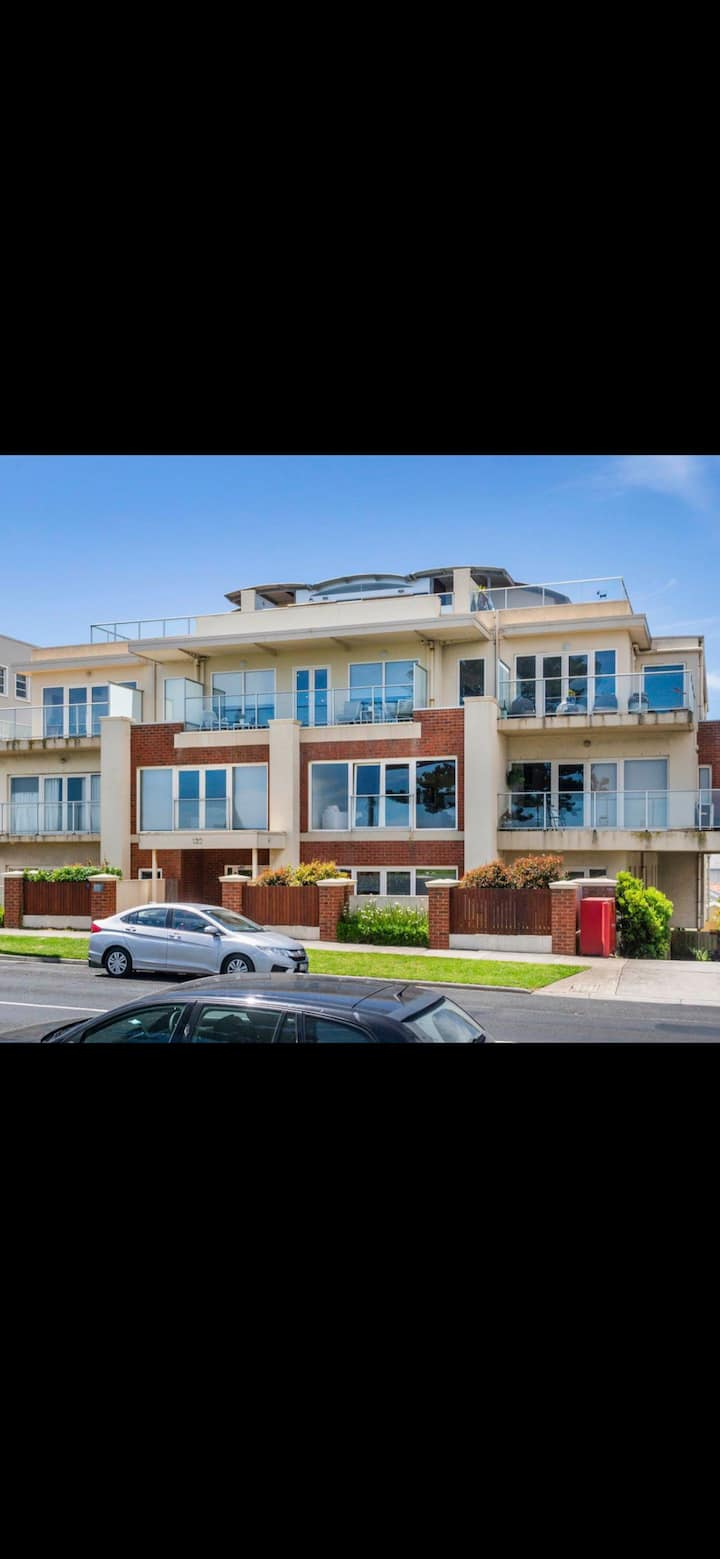 Convenient & Modern 2 Bedroom Apartment in CBD