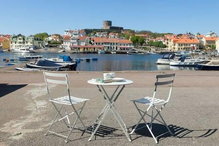 Nybyggd lägenhet på Marstrand vid koöns kaj