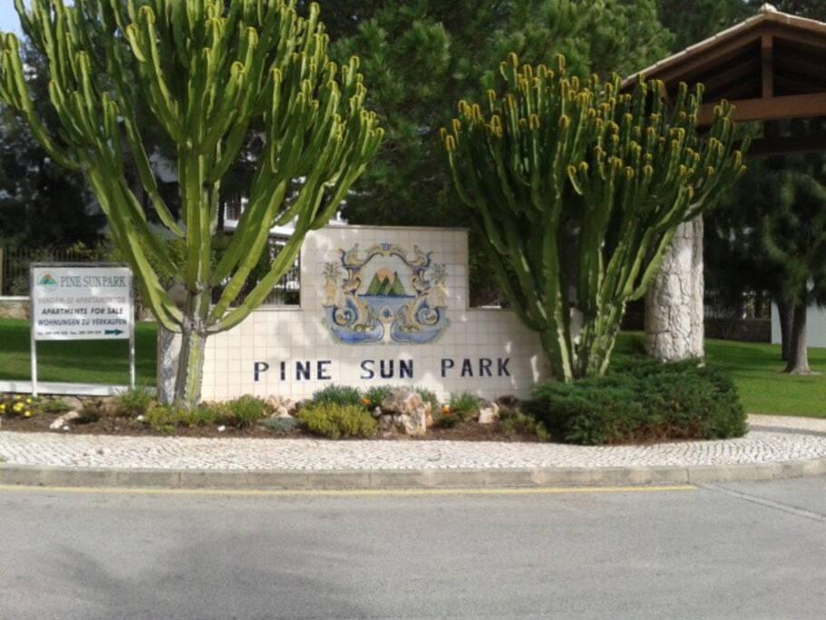 Eingang in die 5 Sterne Ferienanlage Pine Sun Park