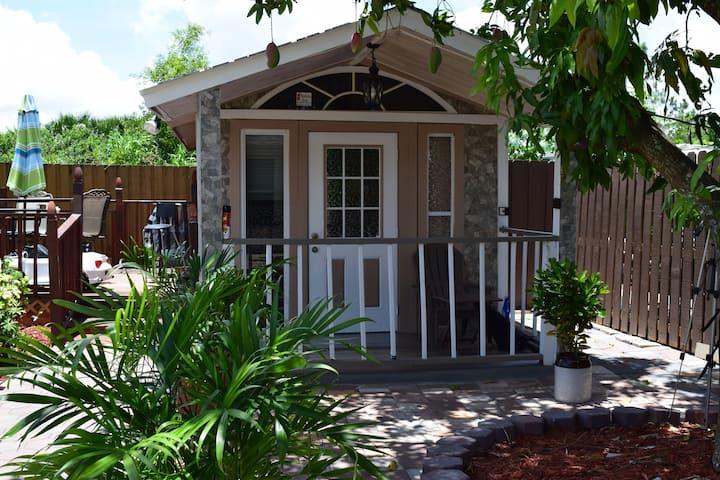 Newly Renovated Tiny House Style Studio!