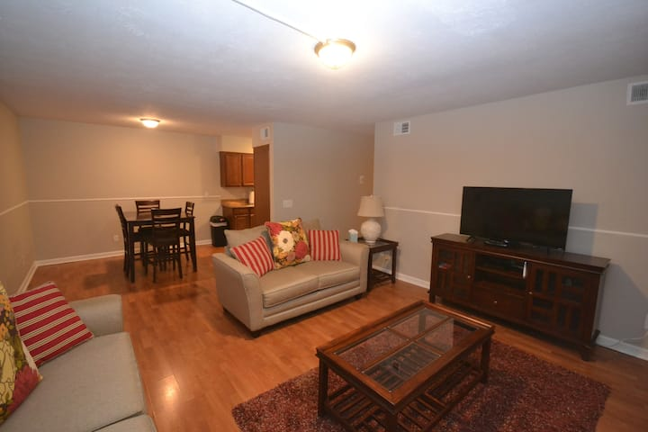 Great 2 Bed Condo, close to everything, with pool!