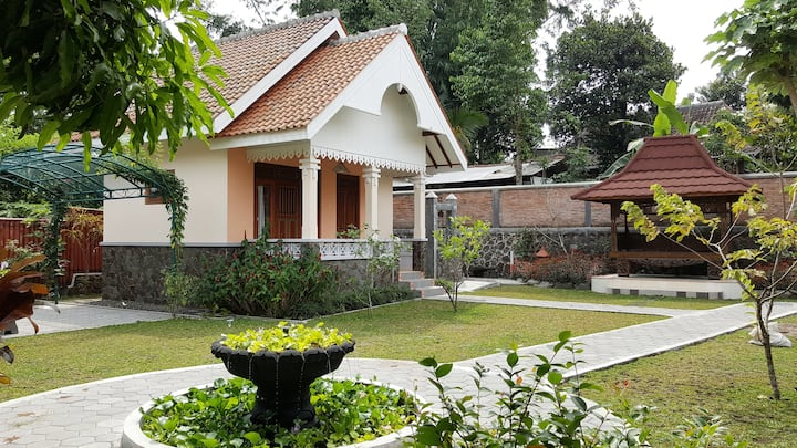 Villa Ago, Romantic Cottage #4 with gardens & pool