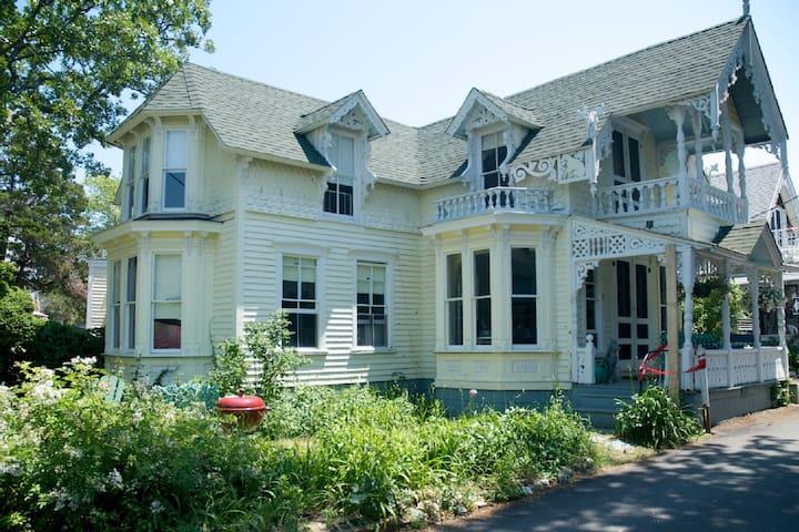 Oak Bluffs, Martha's Vineyard; Gingerbread House - Oak Bluffs - Talo