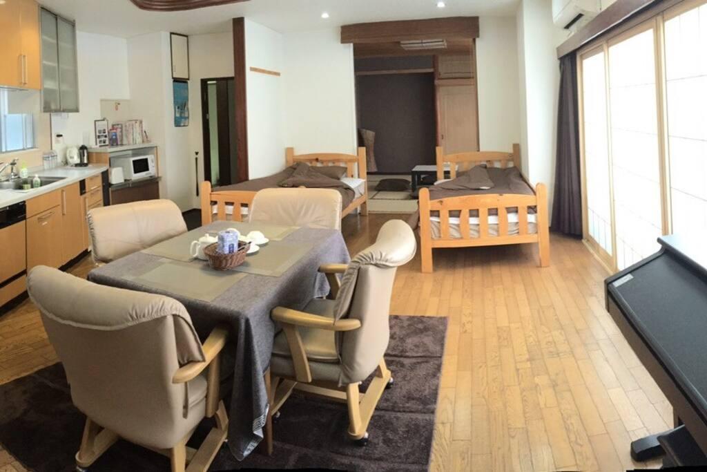 2楼的大套房,里侧有日式榻榻米房,可睡4~5人。外侧2张单人床加餐桌,钢琴。 非常明亮宽敞