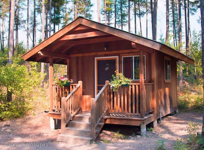 Charming cabins near glacier national park cottages for for Glacier national park cabin rentals