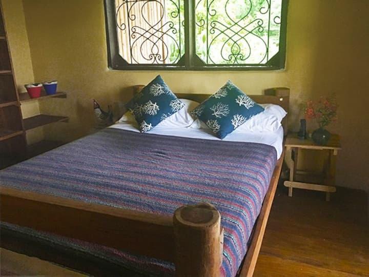 La Brisa: light, airy room, private balcony: B&B