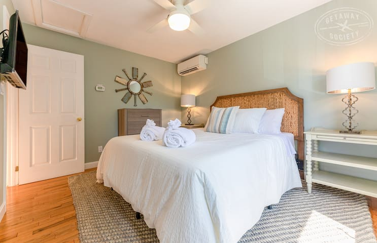"""Remodeled queen bedroom w/all new furniture and Samsung 32"""" SmartTV"""