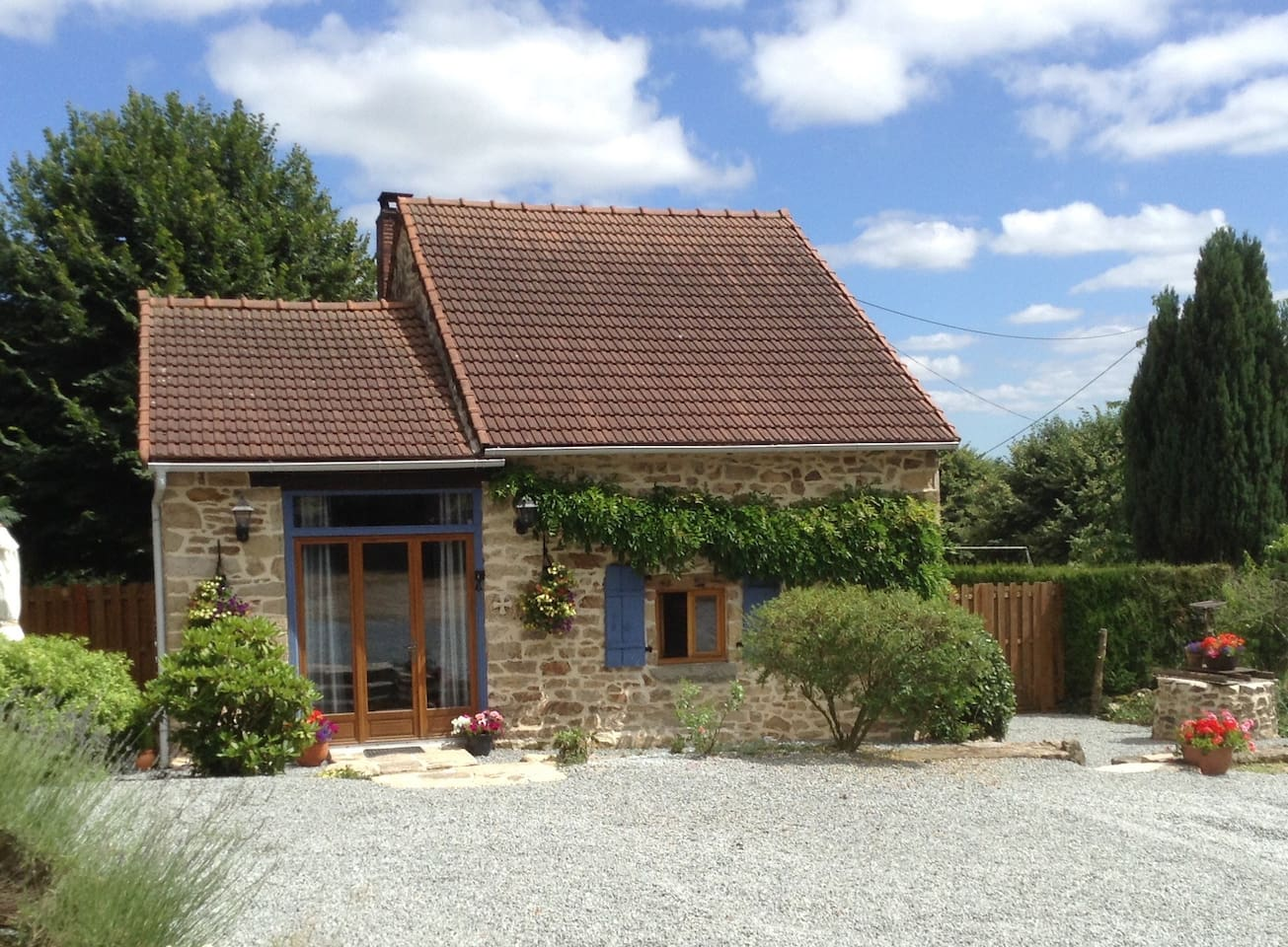 Pretty cottage in tranquil surroundings close to A20 and N145