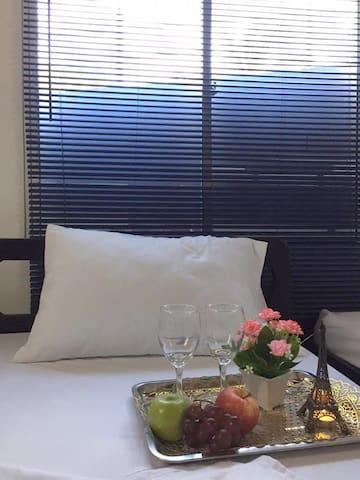 Dormitorios equipados con aire acondicionado, ventilador, tv, wifi, caja fuerte, baño privado y closet