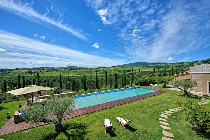 Luxury villa with magnificent view over San Gimignano in Tuscany