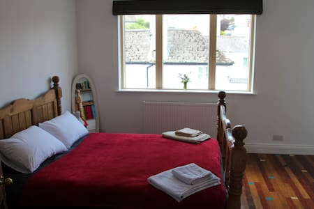 Cosy king size ensuite 2 minutes from beach. - Lyme Regis