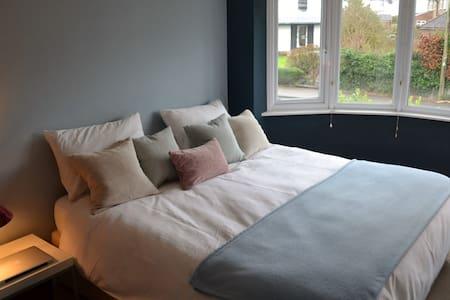 Large Comfortable Double Bedroom - Cheltenham - Bed & Breakfast