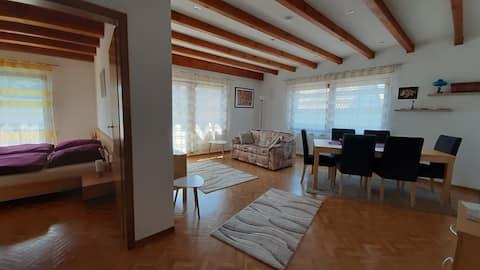 Apartamento amplio y luminoso, edificio independiente