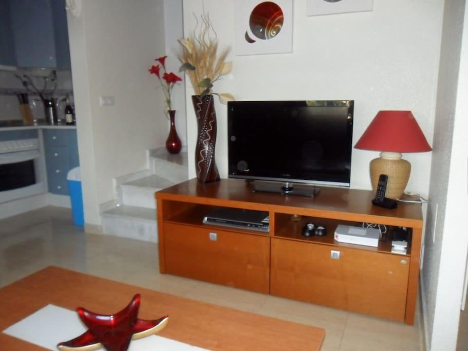 Salon avec TV - Internet et Décodeur chaînes françaises