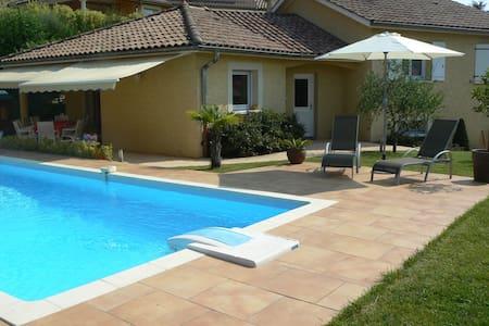 Chambre dans maison avec piscine près de Lyon - Massieux