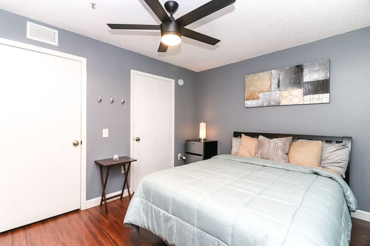105D - Private Bedroom Minutes from UF & Shands