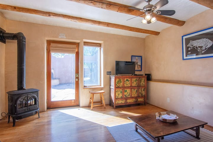 CASITA WOLF Welcomes All- Walking Distance 2 Plaza