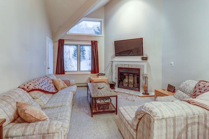 Ski-in/ski-out condo w/mountain view & shared pool/sauna/gym