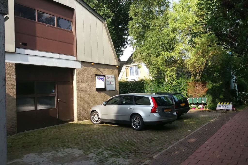 Voorzijde en parkeergelegenheid
