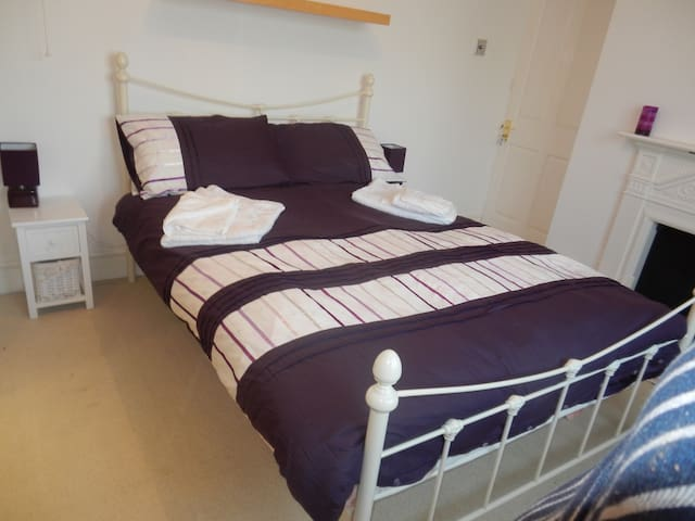 Bright cosy Double room with private bathroom. - Bexhill - Hus