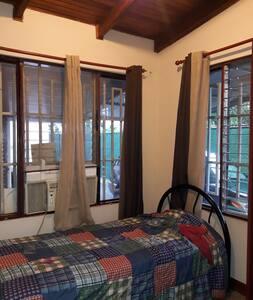 Habitacion con baño privado y aire acondicionado.