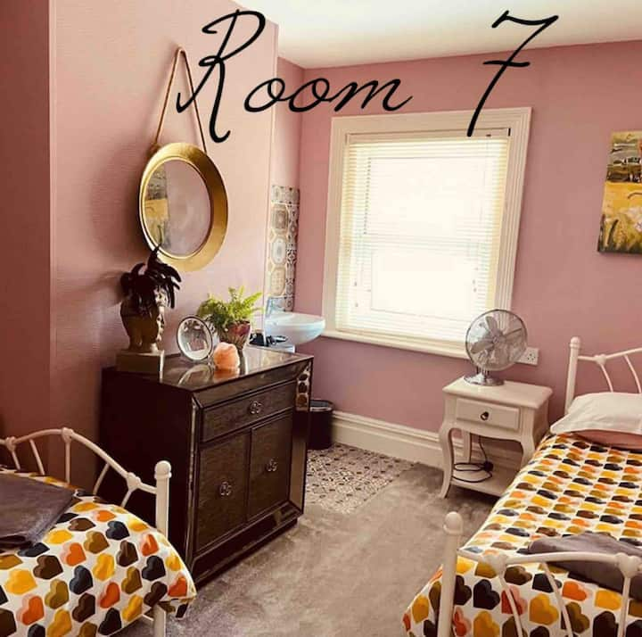 Rm 7 ❤️ Twin Room beach/town With guest kitchen