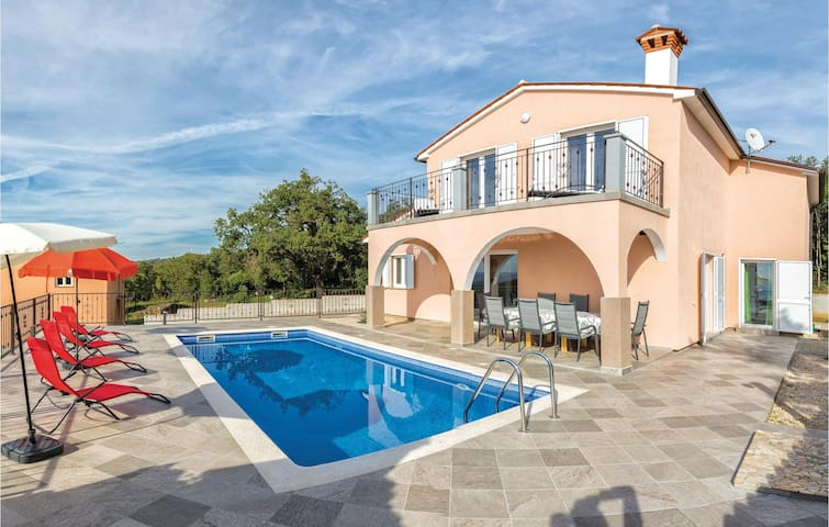 Holiday cottage with 4 bedrooms on 130 m² in Koromacno