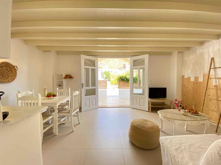 Rafaela Apartments: White Apartment in Skala