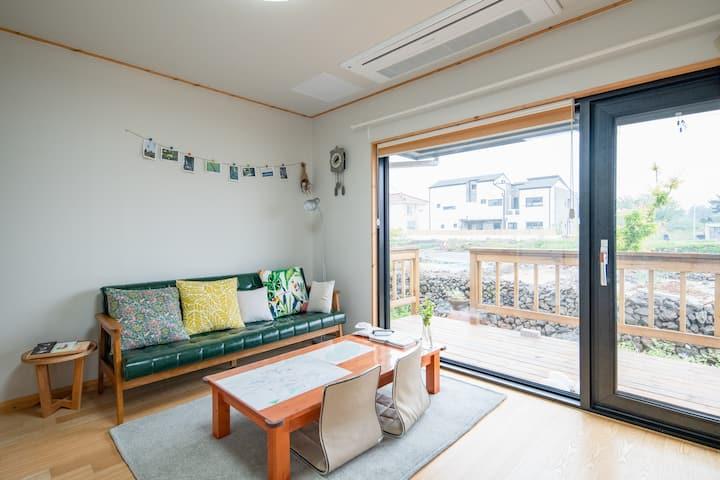 함덕바람집, 정갈하고 단정한 10평 정도의 신축 목조주택