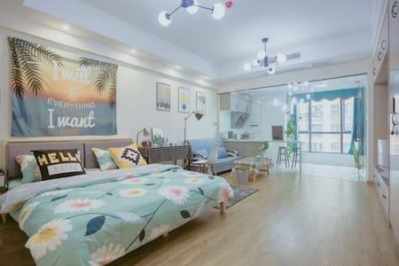 近万达高清投影【时光影像】长江边和平公园对面1.8米大床1.5米沙发床落地窗看桥可做饭