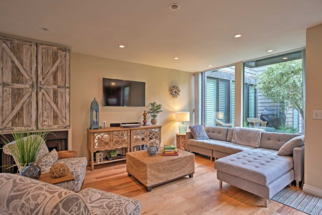 Feel like a Southern California resident while staying at this well-appointed vacation rental condo in Solana Beach!