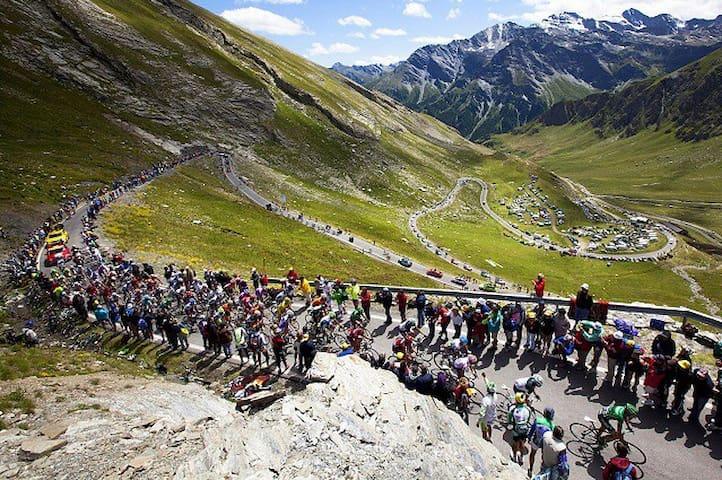Été / Le parcours mythique du Tour de France sur le col de la croix de fer. Saint Sorlin est le village le plus proche du col.