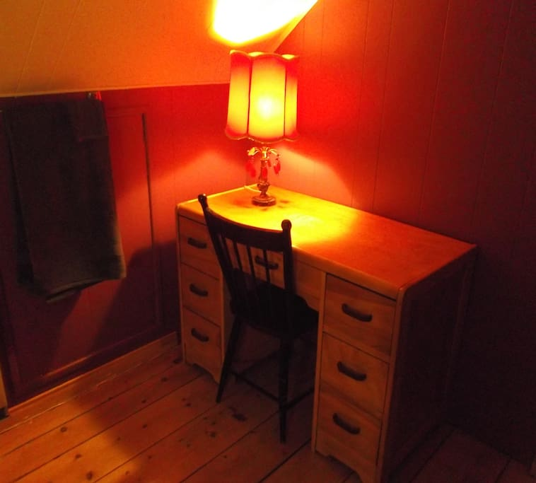 Chambre double, petit coin bureau -  Writing corner in bedroom with double bed